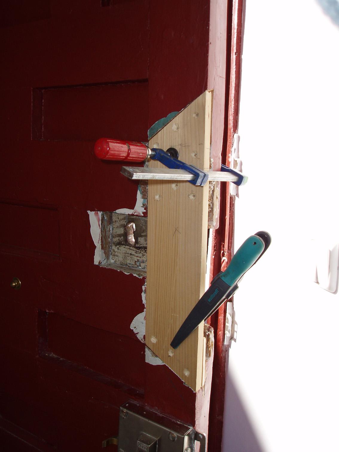 Restaurar puertas forzadas por robo for Como restaurar una puerta antigua de madera